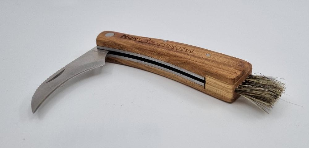 Coltellino per funghi con scopa e incisione sul legno del manico